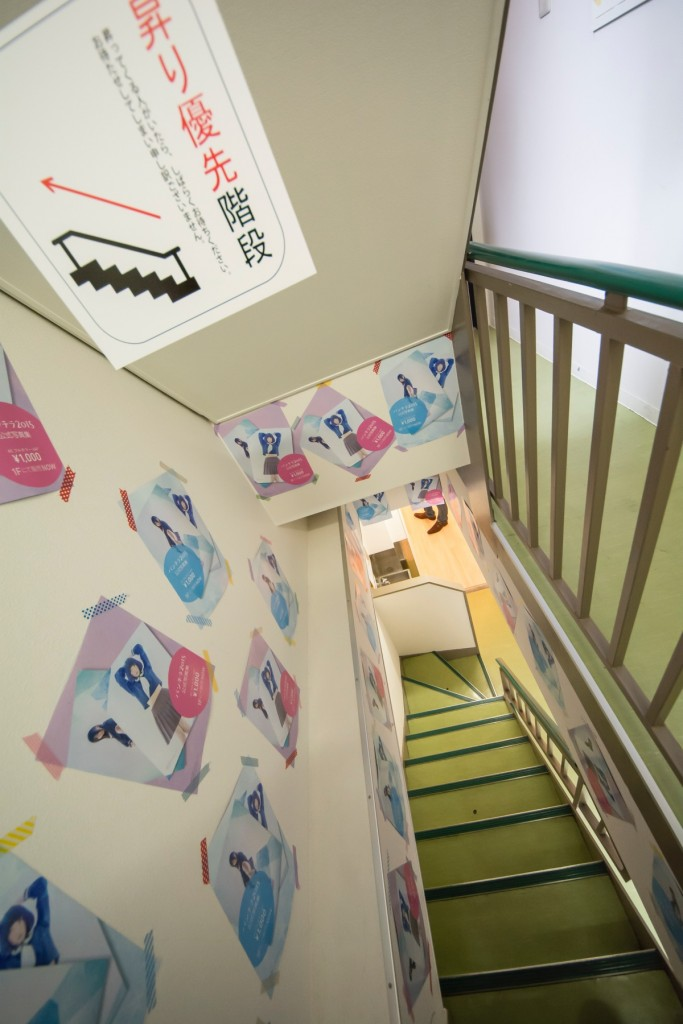 ▲階段で2Fへ。ちなみに階段はのぼり優先