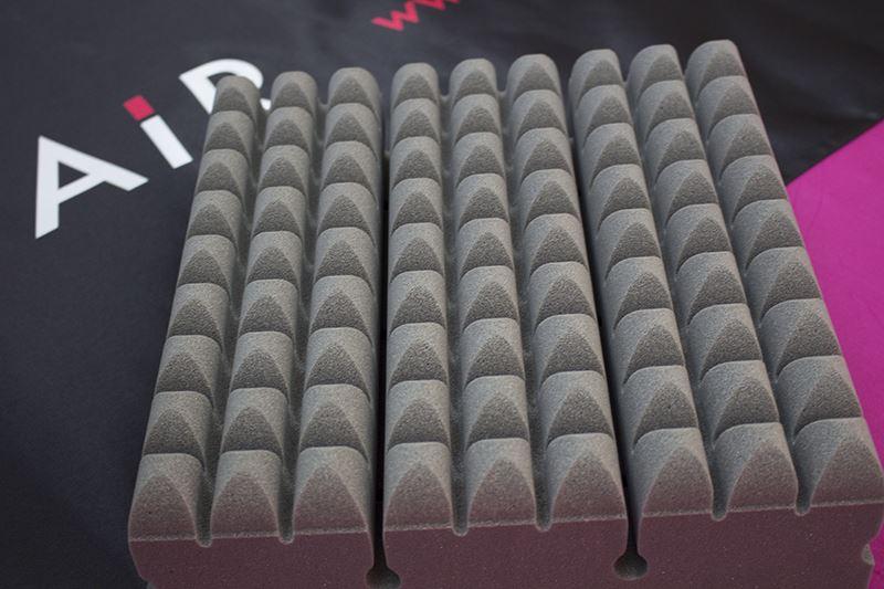 ▲特殊な立体構造により全身にフィットさせながら体圧を分散させる「AiR」マット。