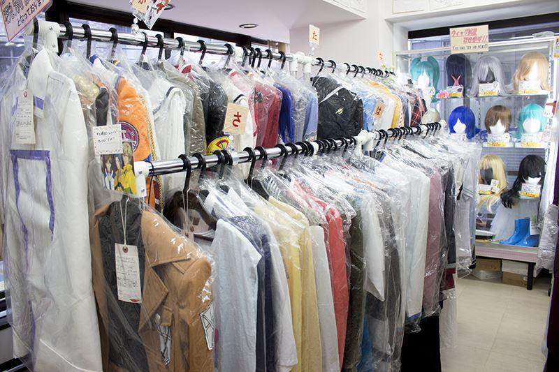 ▲店内には様々なキャラクター衣装が並ぶ。