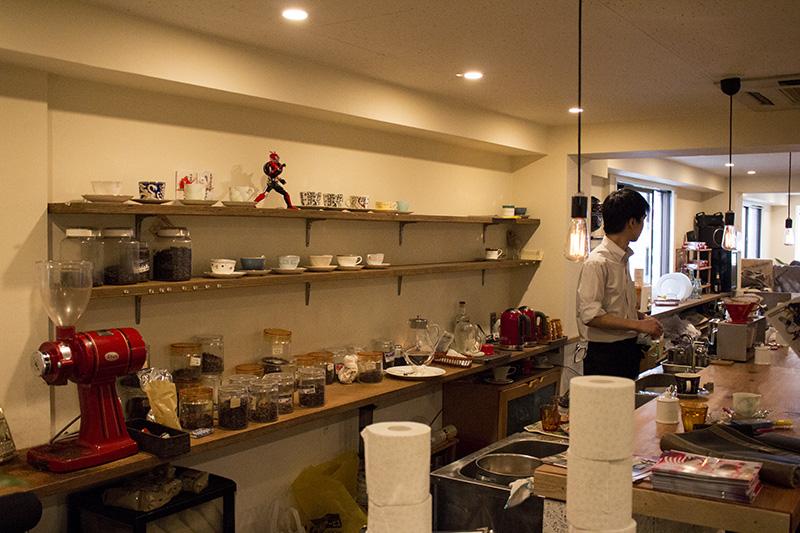 ▲喫茶店の落ち着いた雰囲気に、とけ込む仮面ライダードライブ。