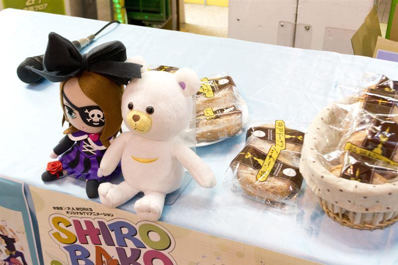 ▲配布会で配られたドーナツとロロ &ミムジー人形。