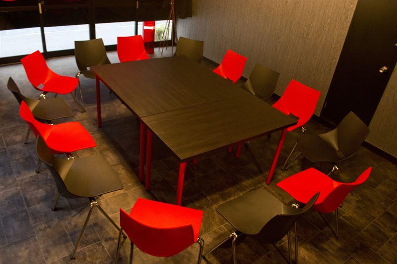 ▲テーブルの周りにイスがぐるっと設置。