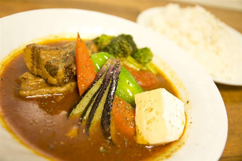 ▲『フランス産カマンベールチーズ入りポーク野菜カレー』をさっそく注文! もうこの時点で美味そう。