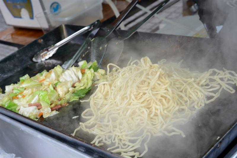 ▲少し太めの沖縄そばを使用した「沖縄そばの塩焼きそば」(500円)。旨味の強い塩と油の味はもちもちの麺とよく合う!