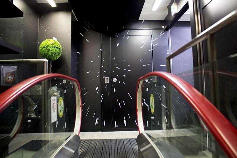 ▲4階へのエスカレーターに乗るだけで『スター・ウォーズ』感が凄い。