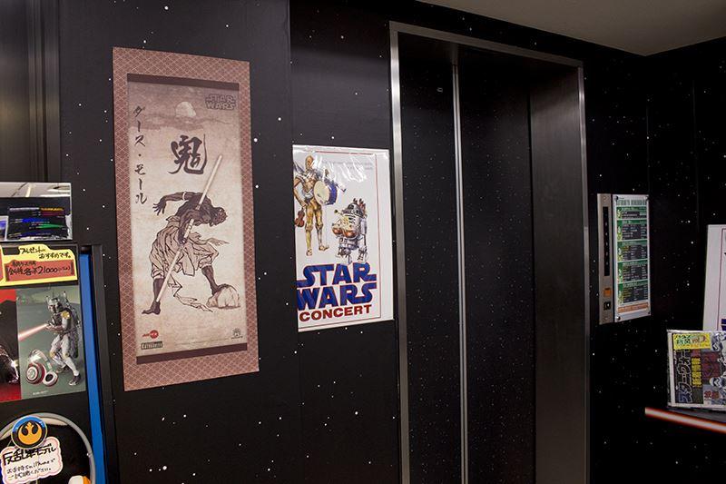 ▲エレベーターや壁の装飾が宇宙空間をイメージ。