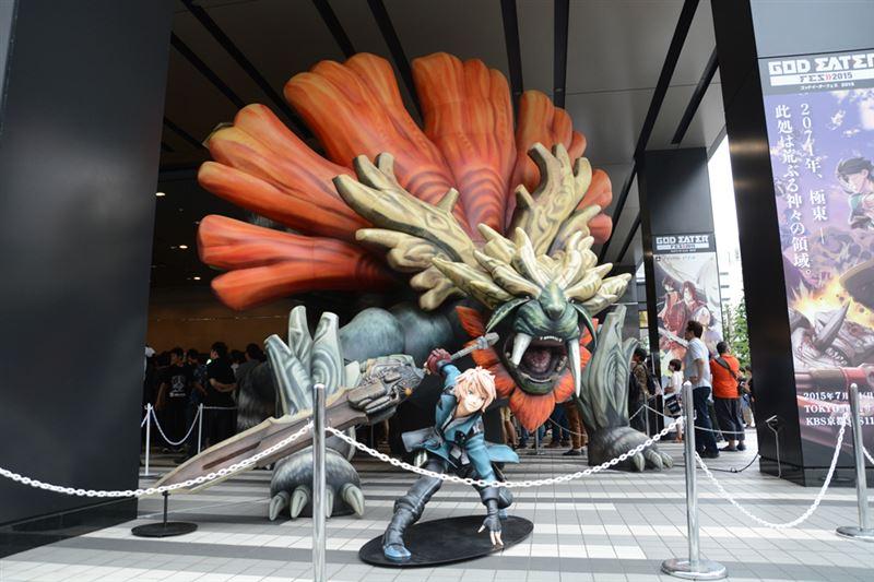 ▲巨大なバルーン製のヴァジュラと、新作『GOD EATER RESURRECTION』の登場キャラクター。