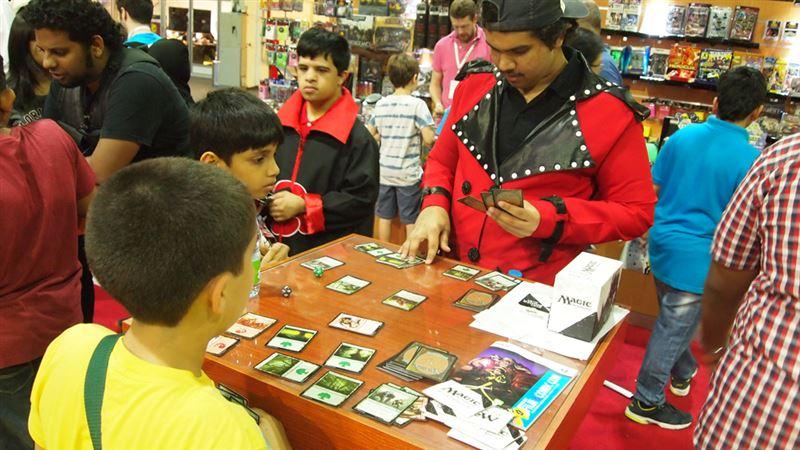 ▲『マジック・ザ・ギャザリング』『遊戯王』など世界的にプレイされているカードゲームのデッキを持ち込んでのバトルが行われていた。