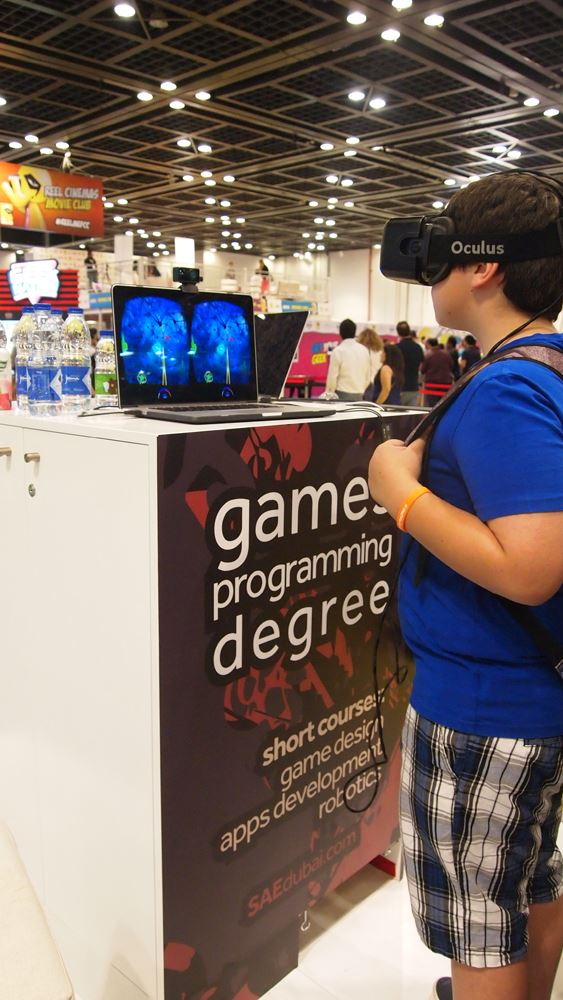 ▲オキュラスを使用したゲームのデモを閲覧する参加者。ゲームへの組み込みもそう遠くない。