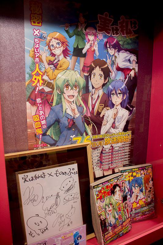 ▲店舗の入口にはキャストのサイン色紙も展示。