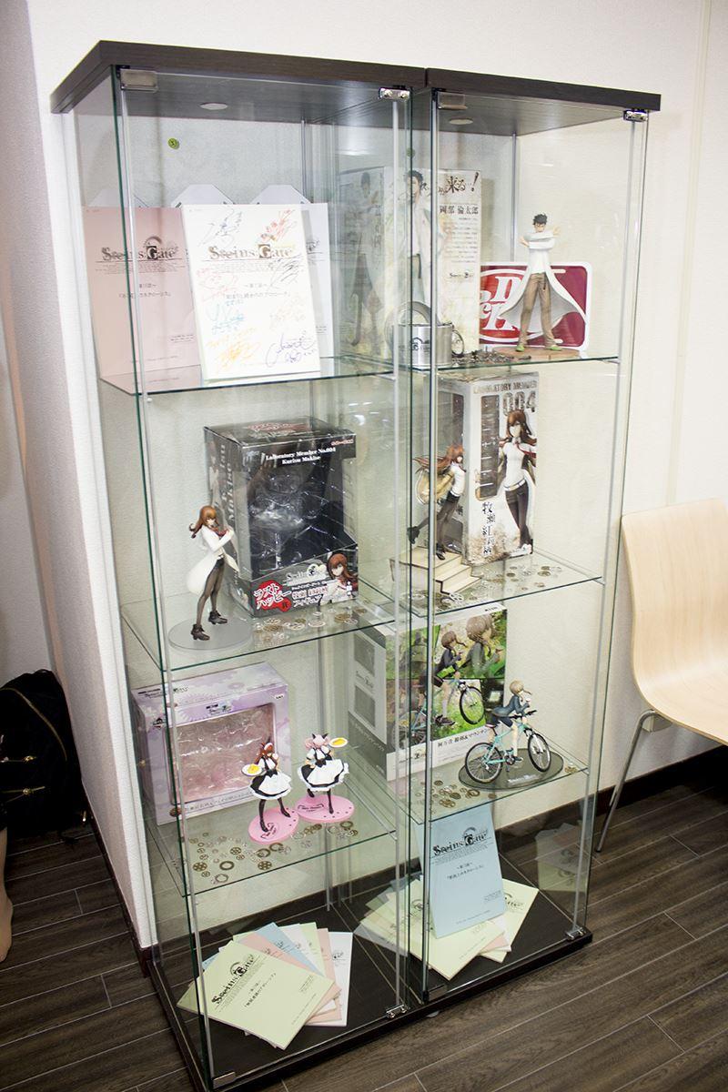 ▲コラボルームにはアニメの台本やこれまでに発売されたフィギュアも展示。