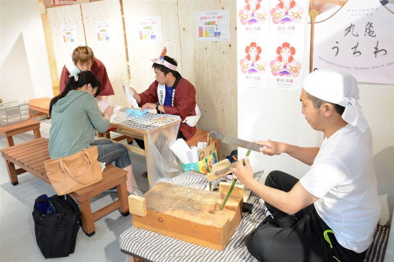 ▲ワークショップの隣では、職人さんこと、香川住みます芸人の梶剛さんがうちわ作りを実演。