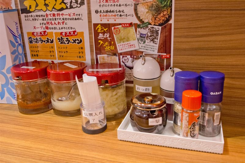 ▲テーブルには、豆板醤、ニンニク、刻みしょうが、刻み玉ねぎ、お酢、辣油、胡椒、一味などが用意されている。