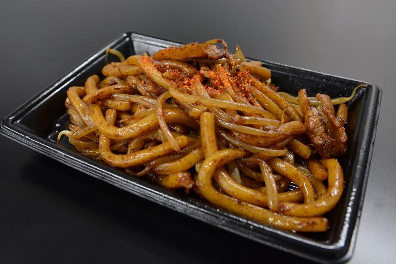 ▲特徴は通常の3倍も太い麺! 濃厚ソースが絡んでおり、食べごたえ十分。具が豚肉ともやしだけというシンプルさがいい。七味がいいアクセントに。
