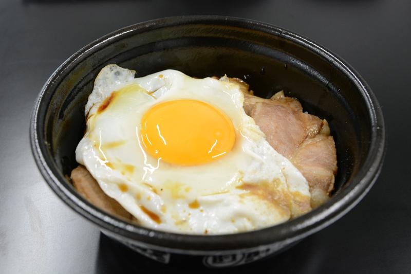 ▲思わずかきこんだ一杯。ごはんに染み込んだタレ、そして半熟の卵が相性抜群。1UP情報局の記者の中では一番人気。