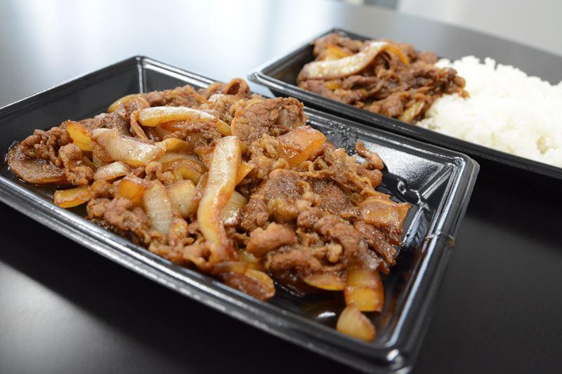 ▲甘いタレで味付けされたバラ肉と玉ねぎが最高! バラ焼きのみとご飯とのセットが選べるのも嬉しい。
