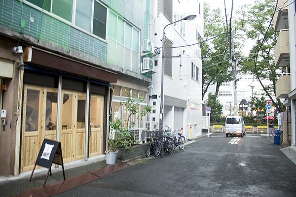 「QLQLカフェ(クルクルカフェ)」は芳林公園近くで、住所は「外神田3-7-2」。