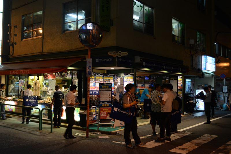 ▲カフェユーロで行われた前夜祭。声優の野中藍さんのサイン&握手会も行われた。