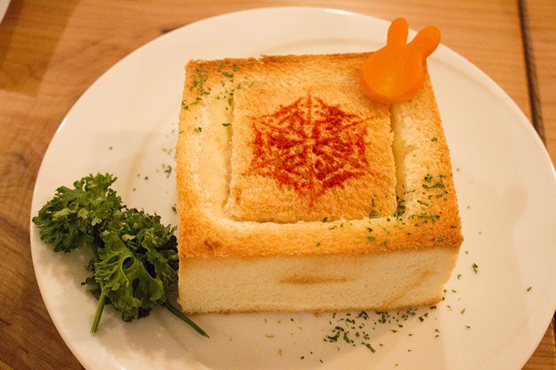 """▲六花の勇者の紋章を描いた""""トーストシチュー""""。"""
