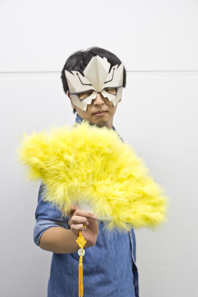 ▲編集部にあった羽扇子でそれっぽくポーズを撮ってみる。部屋に偶然入ってきた営業さんが怪訝な顔をしていた。