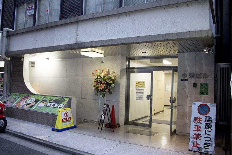▲「秋葉原@BEEP」には看板の裏側にある階段から地下1Fへ。