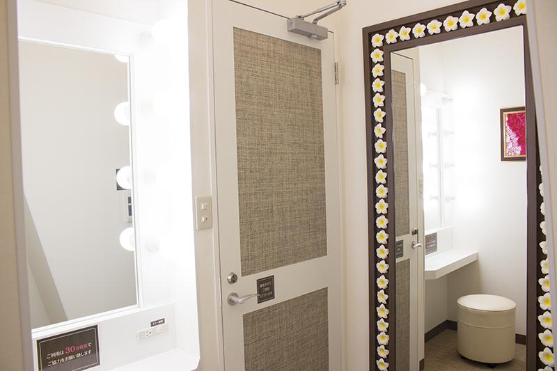 ▲更衣室内には女優ミラー、全身映る鏡が設置されている。化粧直しや着替えにも最適だ。