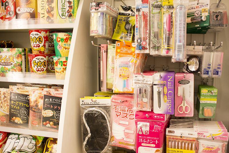 ▲お菓子やメイク落としなども受付前で購入可能。