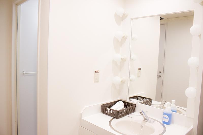 ▲ドライヤーも用意されている。コンタクト洗浄液やバスタオル、洗顔セットなどは受付で購入可能。