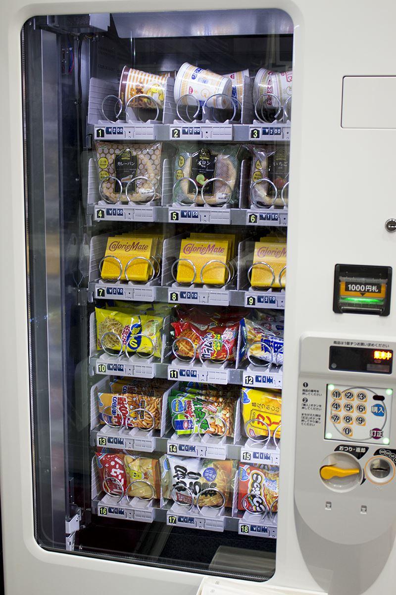 ▲店内にはカップ麺やスナック菓子も販売中。少量のスナック菓子などだったら、持ち込みはOKなのも魅力!(アルコール類などはNG)