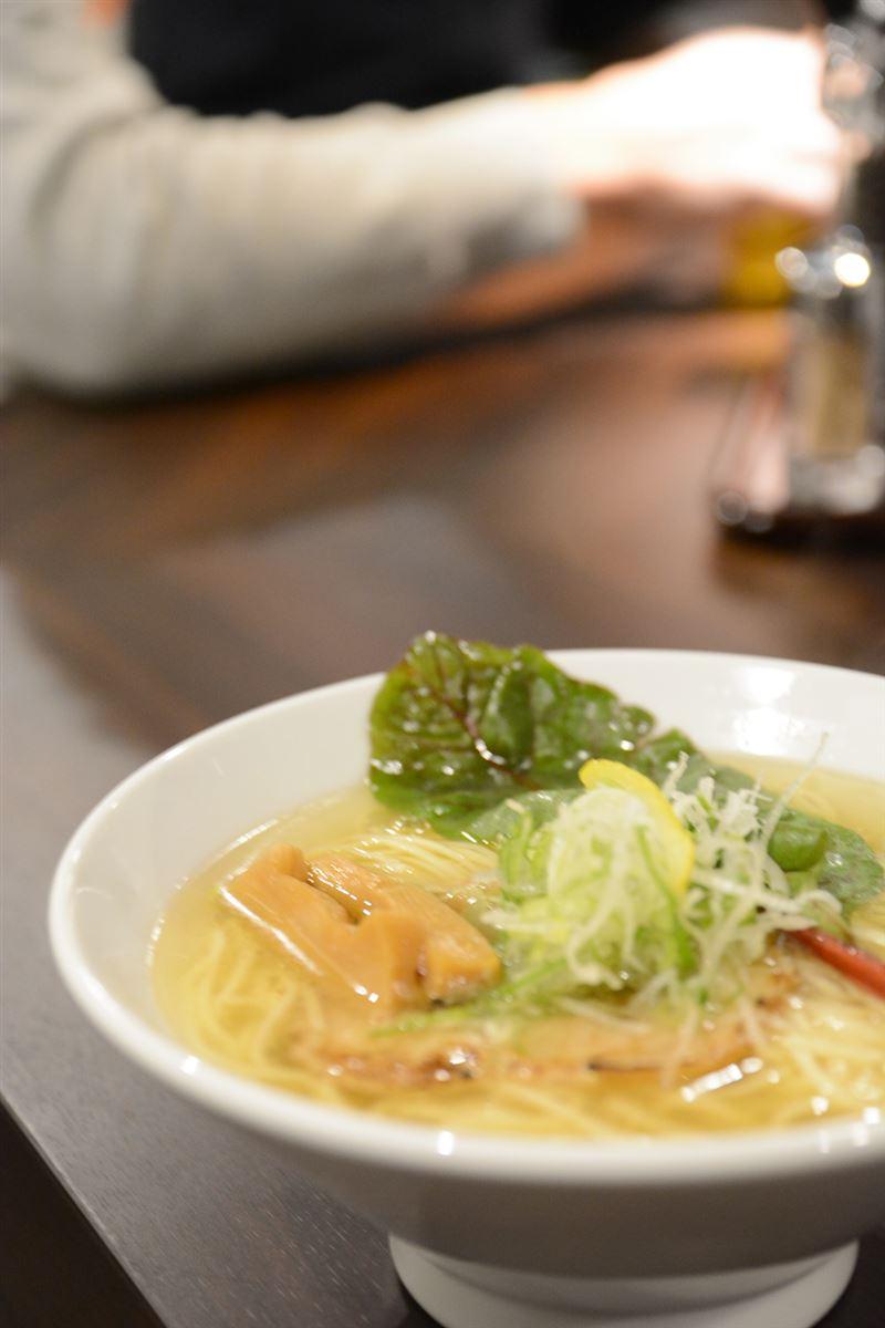 ▲中華そばの上には、ネギ・、メンマ・ノリ・シャーシューのほか、スイスチャードと呼ばれる野菜などがある。