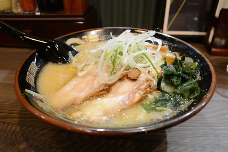 ▲『札幌味噌』。麺はちじれた卵麺。家系ラーメンが増えた秋葉原では、なんだか懐かしい味で、チャーシューがとろっとろ具合が印象的だった。