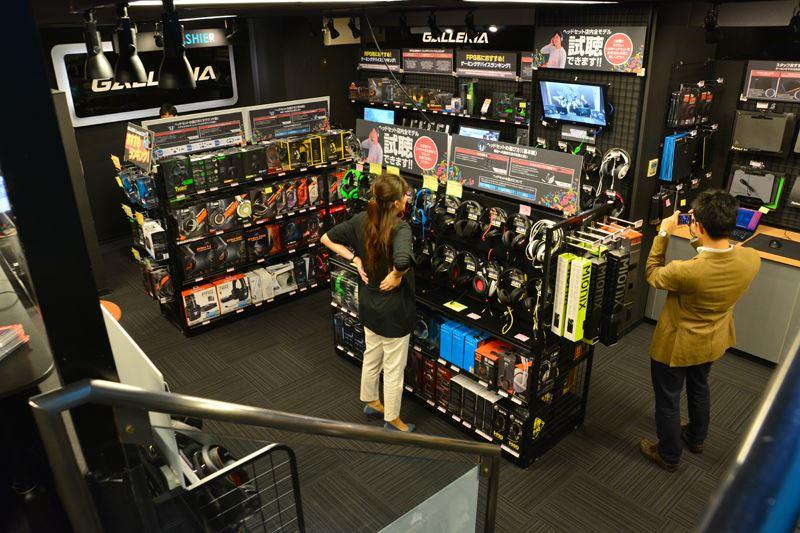 ▲地下1階の内装。ヘッドホンやマウスパッド等、さまざまなデバイスが販売されている。