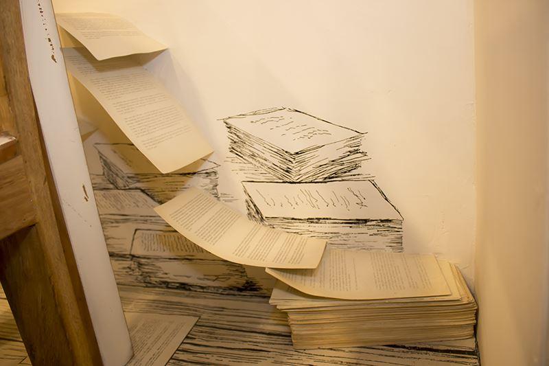 ▲部屋の隅をよく見ると紙の束が……