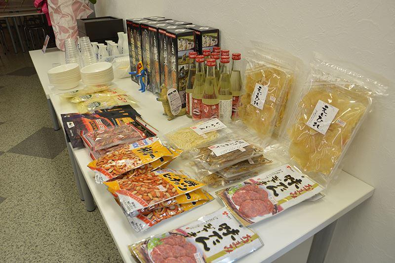 ▲日本酒の近くにおつまみの販売も。