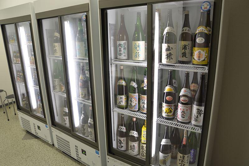 ▲フロアの入り口に販売分&飲み放題分の日本酒が陳列されている。