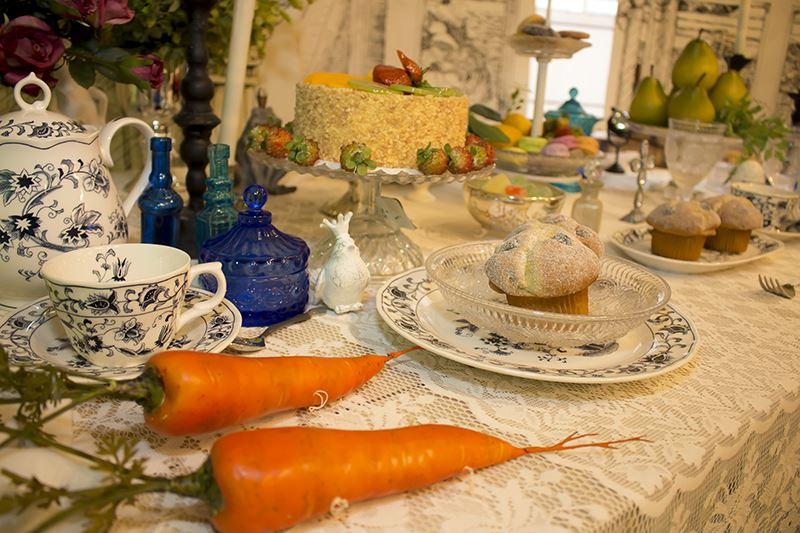 ▲ケーキやティーカップを並べ、お茶会も再現。