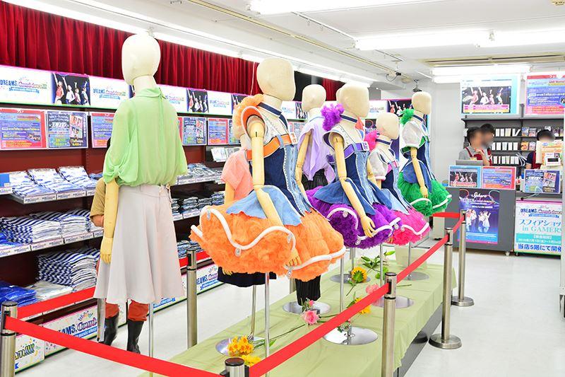 ▲5階に新設された「声優・アーティストフロア」では、スフィアの衣装展示を実施中。