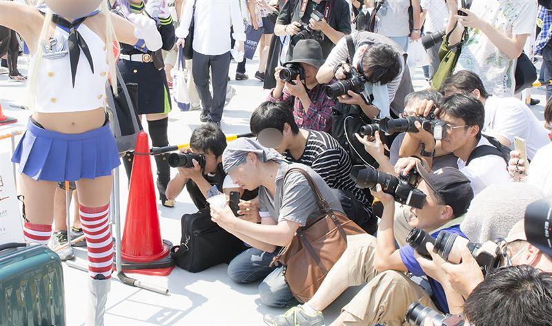 ▲カメラを構える高さ、レンズの向ける位置が低い(注:被写体のコスプレイヤー様は当記事と関係がありません)
