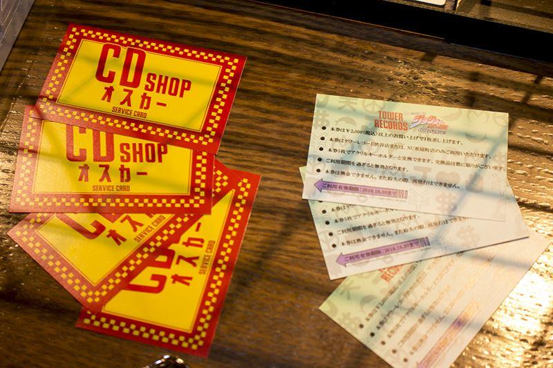 タワーレコード渋谷店にて、アニメ「ジョジョの奇妙な冒険」シリーズの DVD/Blu-ray を購入、もしくは前金予約するとコラボカフェの事前予約ができる「事前予約券」がプレゼントされる。グッズを購入して後日ゆっくりカフェを堪能したい方にオススメだ。
