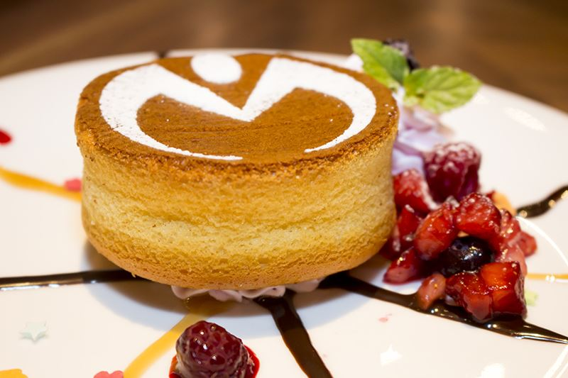 ▲「杜王町にはびこる闇 ケーキ」杜王町のロゴが入ったふわふわのパンケーキと、キャラメル・フランボワーズソースで杜王町の地図を再現。