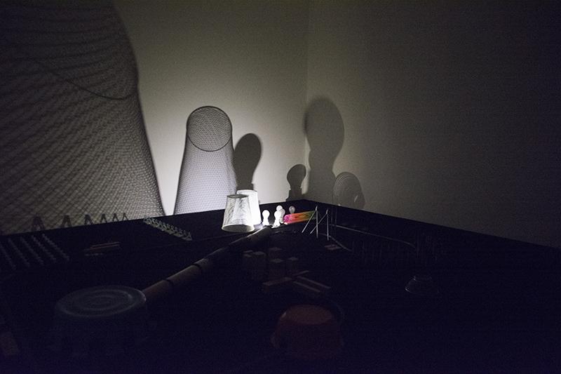 ▲地下1階会場の一番奥にある場所では、LED光源を乗せたNゲージによる、光と影のアートが楽しめる。感動した。