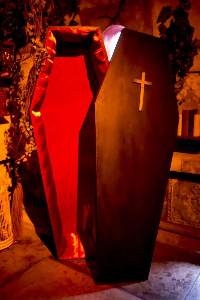 ▲なんと「ドラキュラの棺桶」に入って写真撮影も可能。スタッフさん曰く「このイベントのために作りました」とのこと。本気すぎる。