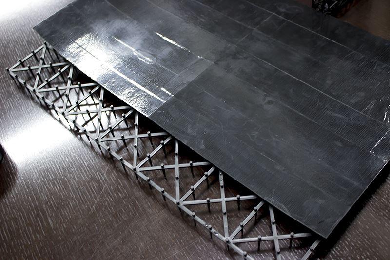 ▲100円ショップで購入した「猫よけ」と画用紙に黒ガムテを巻いたボードを組み合わせて、ステージ台に。