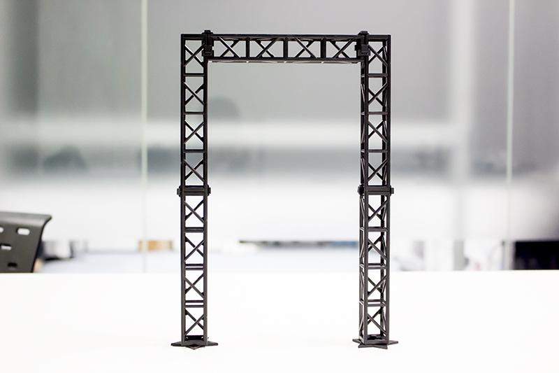 ▲ステージセットにはトラス支柱が5本、ライト1個が同梱。今回は複数のセットを使用して拡張する。
