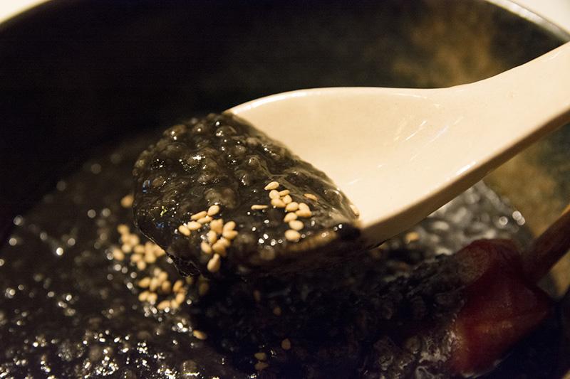 ▲じつはこれ、イカスミが入ったおかゆ。見た目のインパクトは凄いが、味は結構美味い。