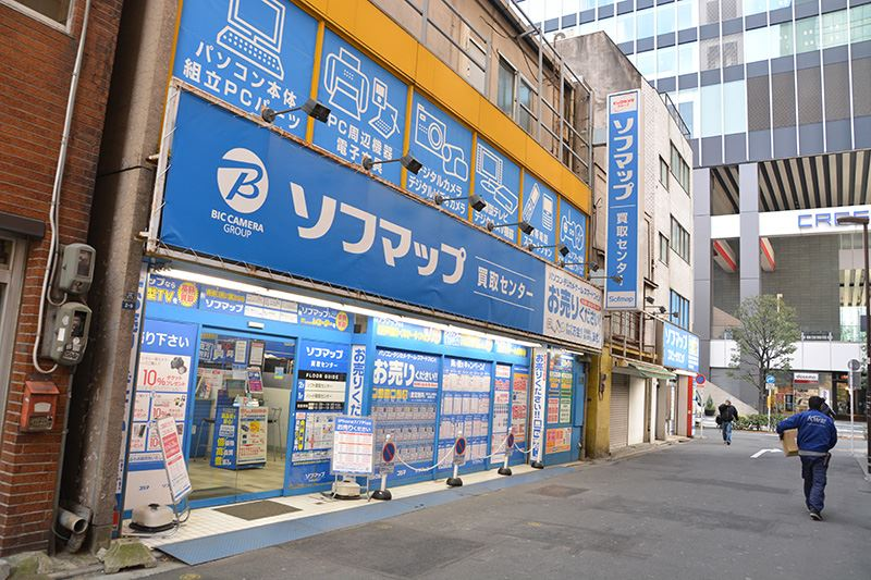 ▲本館の真裏には「買取センター(写真左側)」「コンピュータクリニック(写真右側)」が2店舗並んでいる。