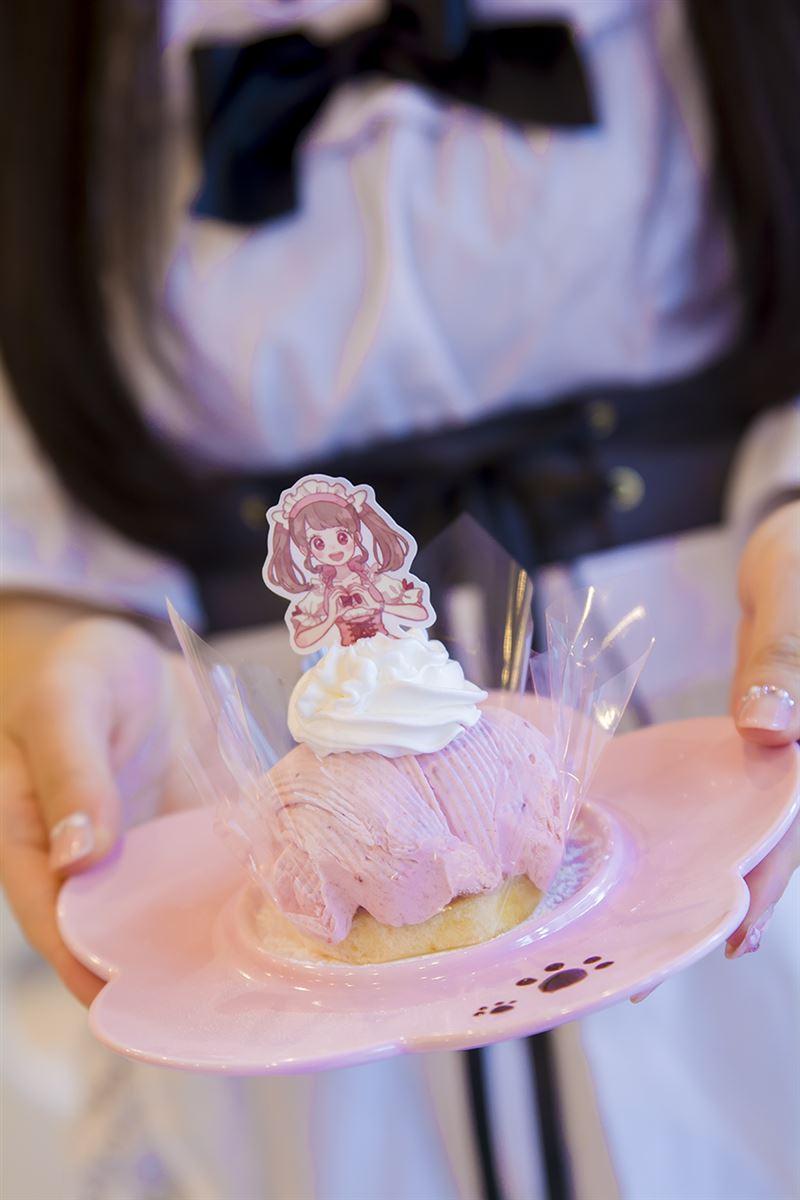 ▲ケーキにはお店のメイドさんをイメージしたプレートが差してある。生クリームとケーキをスカートに見立てている。かわいい!
