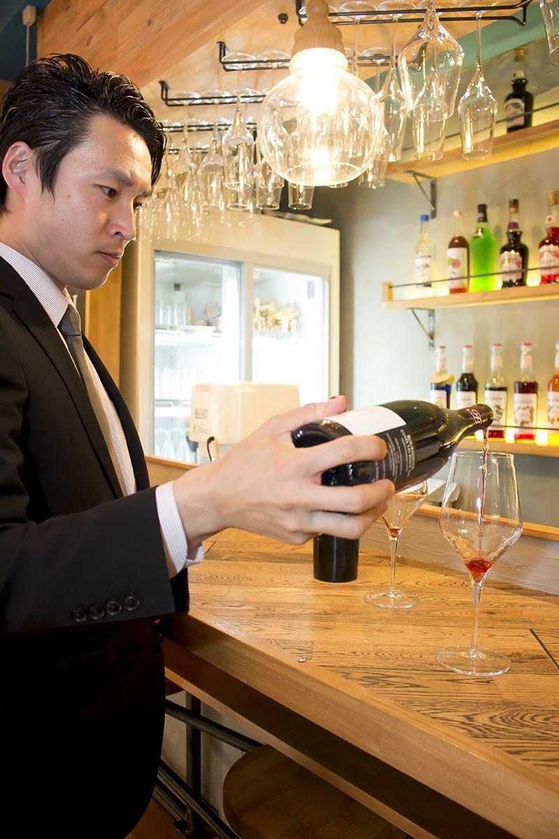 ▲ワインのチョイスや監修は、ソムリエの浦川さんが担当。去年は2万7千本のワインをテイスティングしている。
