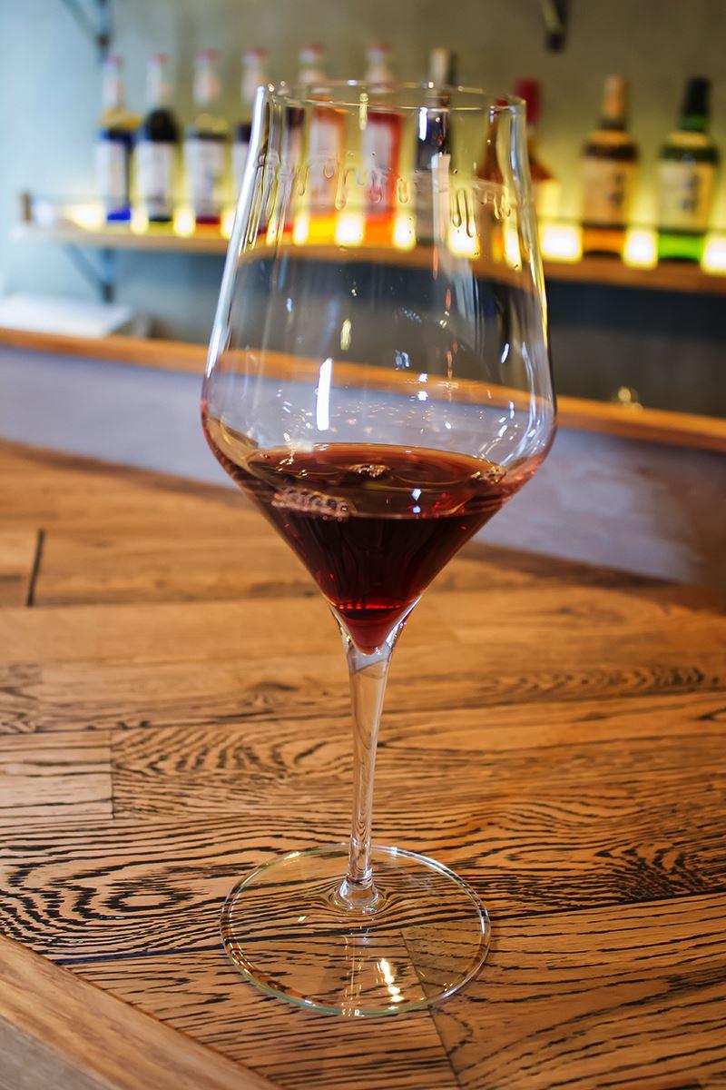 ▲肉料理の甘味と旨味が、特有の苦味とマッチするように厳選したワインを用意。