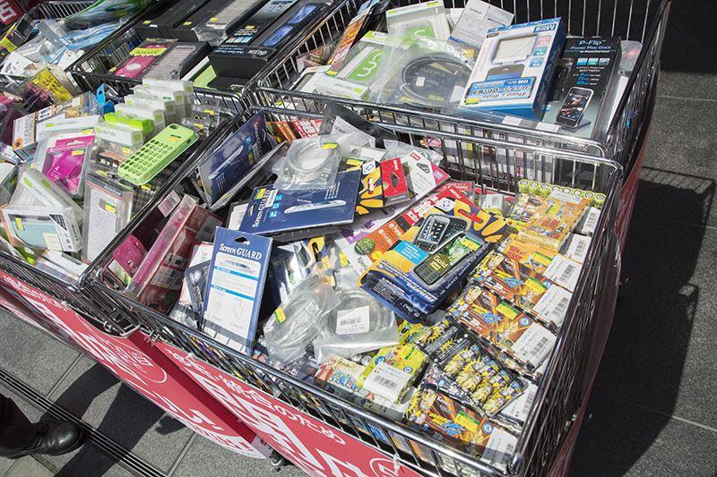 ▲店頭にはワゴンで携帯ガジェットや電池などが販売されている。